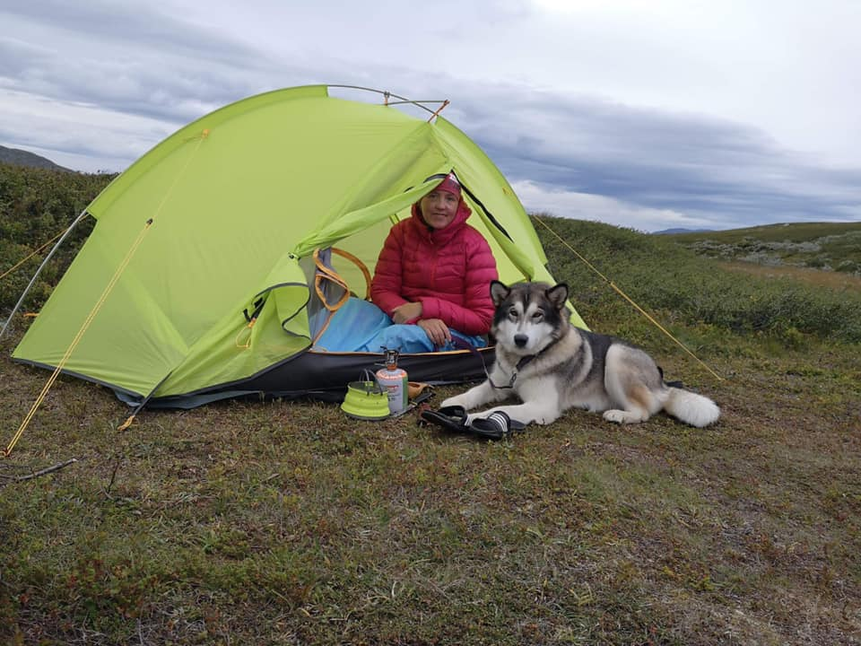 Ingvild og Nukka i telt